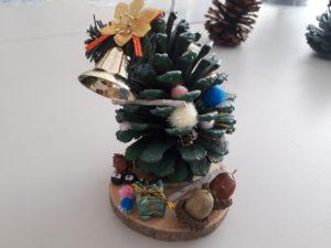 松ぼっくりでクリスマスツリーを作ろう♪